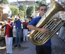 Antoninho tocando Tuba